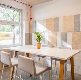 heller Büroraum, Stehtisch mit Hockern und Pflanze, C2C LAB