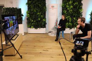 Junger Mann und junge Frau schauen auf Bildschirm mit Videokonferenz, Blog von Cradle to Cradle NGO