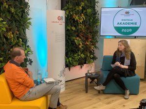 Nora Sophie Griefahn und Dirk Messner sitzen sich auf Sesseln gegenüber und unterhalten sich; Blog von Cradle to Cradle NGO