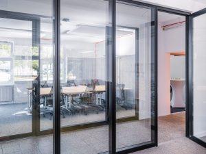 Glaswände in einem Büro; Blog von Cradle to Cradle NGO