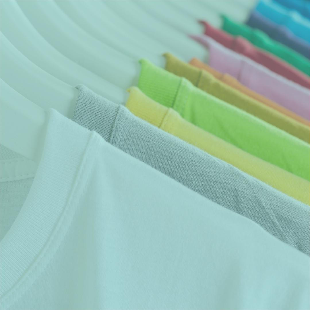 Kleiderbügel mit verschiedenen farbigen T-shirts
