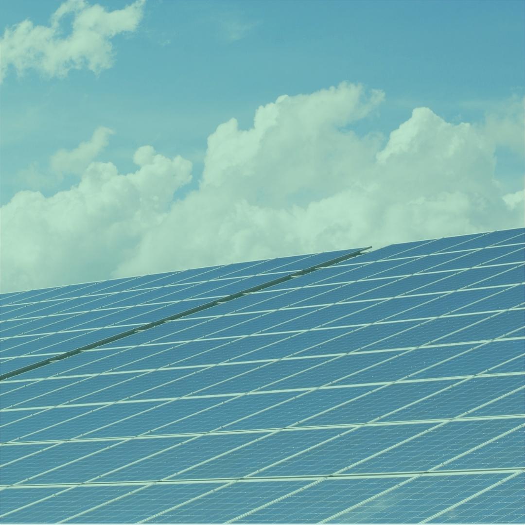 Solarzellen und Himmel