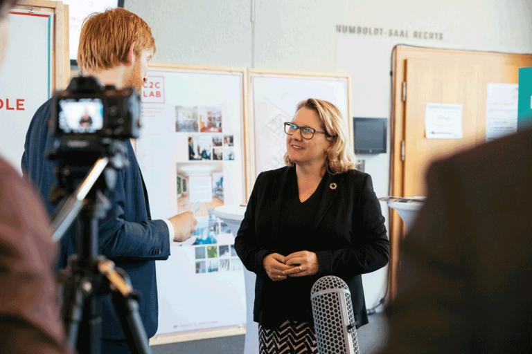 Svenja Schulze mit Tim Janßen im Interview am C2C Congress