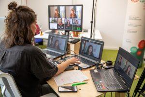 Gruppe Menschen wird Gefilmt, Bildschirme der Übertragung sichtbar