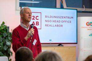 """Erwin Thoma und der Architekt Jörg Finkbeiner von Partner und Partner Architekten am 6. März 2020 beim C2C Forum """"Klimapositives Bauen"""" im C2C LAB"""