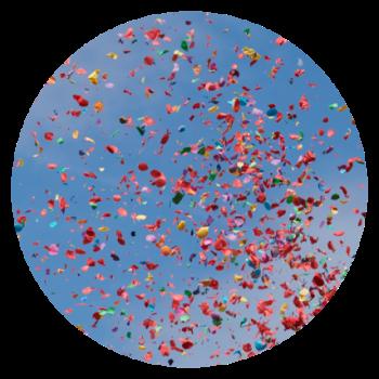 Kreisform bunte Konfetti vor blauem Himmel