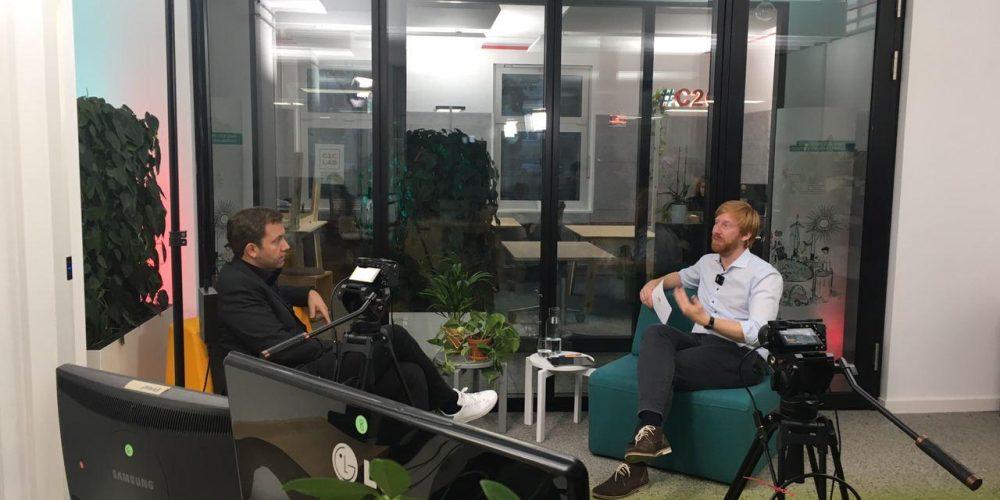 Tim Janßen und Lars Klingbeil sitzen sich in zwei Sesseln gegenüber und unterhalten sich; Blog von Cradle to Cradle NGO