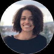 Maria Eduarda Souza, braune Locken, lächelt, schwarzer Pulli