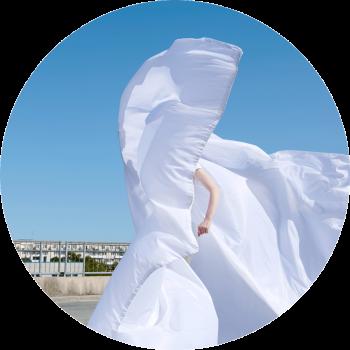 runder Ausschnitt von Person mit weißem großem fliegendem Anzug